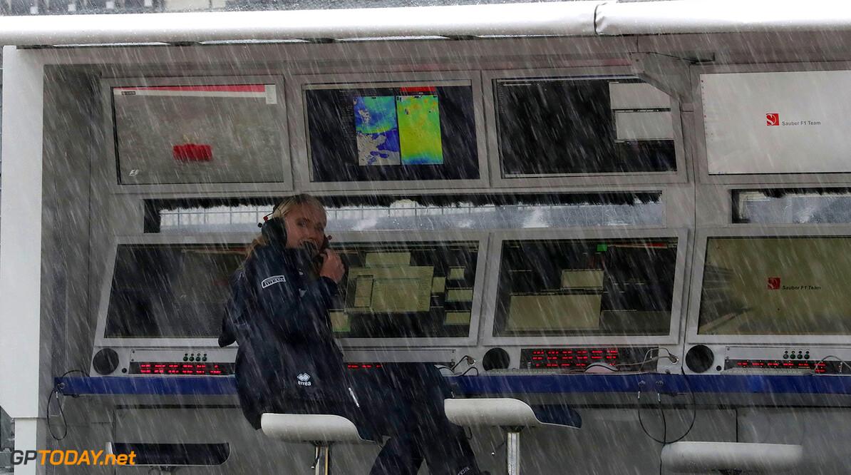 Japanese GP Friday 06/10/17 Ruth Buscombe (GB), Sauber F1 Team engineer. Suzuka Circuit.  Japanese GP Friday 06/10/17 Jean-Francois Galeron Suzuka Japan  F1 Formula One 2017 Rain Wet Pit wall Buscombe Sauber