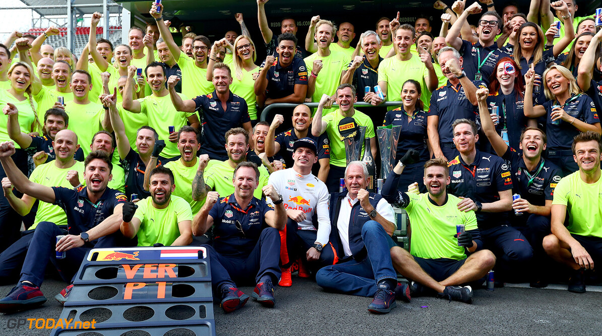 MEXICO CITY, MEXICO - OCTOBER 29:  Race winner Max Verstappen of Netherlands and Red Bull Racing celebrates with his team during the Formula One Grand Prix of Mexico at Autodromo Hermanos Rodriguez on October 29, 2017 in Mexico City, Mexico.  (Photo by Clive Rose/Getty Images) // Getty Images / Red Bull Content Pool  // P-20171030-00004 // Usage for editorial use only // Please go to www.redbullcontentpool.com for further information. //  F1 Grand Prix of Mexico Clive Rose Mexico City Mexico  P-20171030-00004