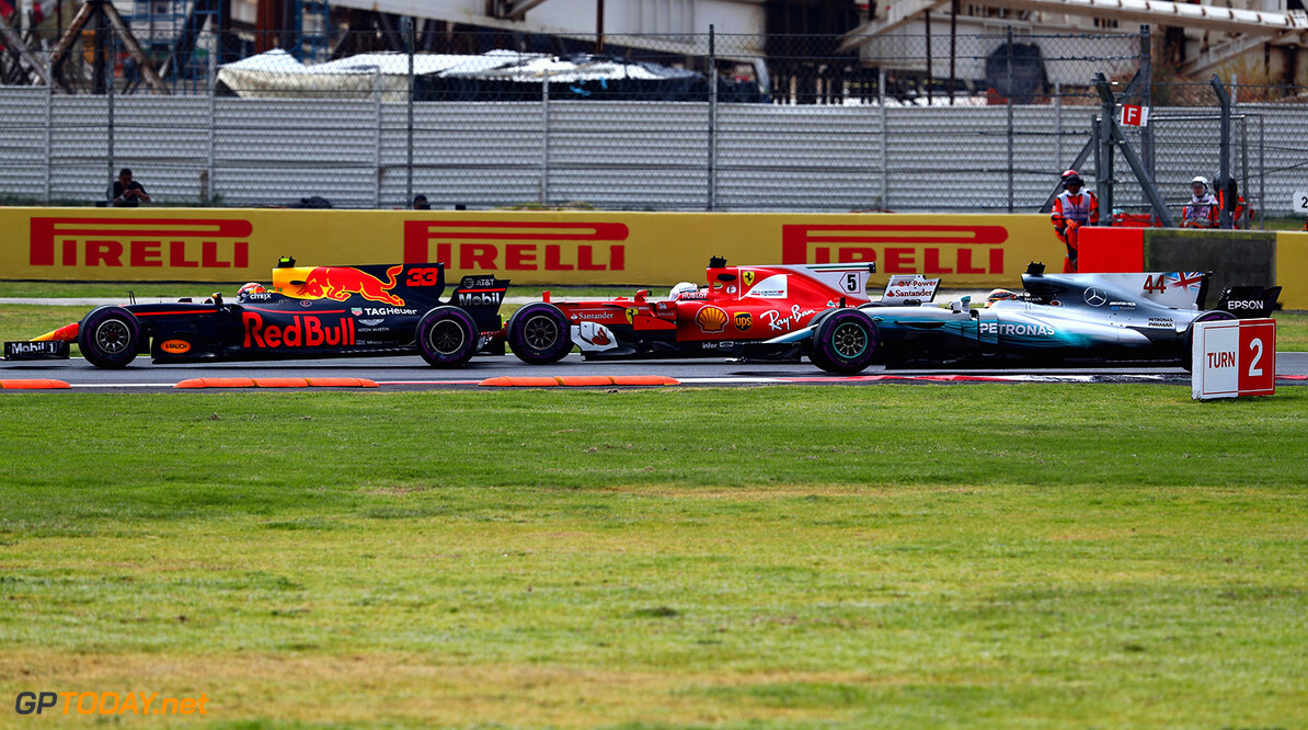 MEXICO CITY, MEXICO - OCTOBER 29:  Max Verstappen of the Netherlands driving the (33) Red Bull Racing Red Bull-TAG Heuer RB13 TAG Heuer, Sebastian Vettel of Germany driving the (5) Scuderia Ferrari SF70H and Lewis Hamilton of Great Britain driving the (44) Mercedes AMG Petronas F1 Team Mercedes F1 WO8 battle for position at the start during the Formula One Grand Prix of Mexico at Autodromo Hermanos Rodriguez on October 29, 2017 in Mexico City, Mexico.  (Photo by Clive Rose/Getty Images) // Getty Images / Red Bull Content Pool  // P-20171029-01117 // Usage for editorial use only // Please go to www.redbullcontentpool.com for further information. //  F1 Grand Prix of Mexico Clive Rose Mexico City Mexico  P-20171029-01117