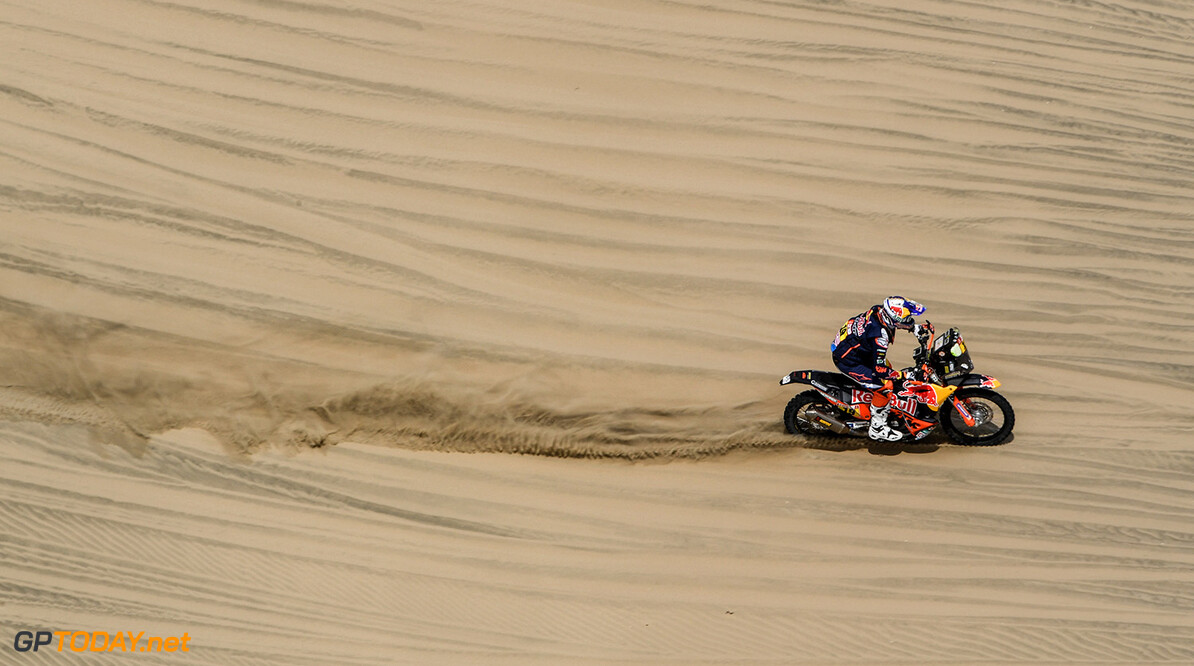 Antoine Meo on his KTM of the Red Bull KTM Factory Team navigating through the dunes during stage 1 of the Dakar Rally, between Lima and Pisco, Peru, on January 6, 2018. // Eric Vargiolu / DPPI / Red Bull Content Pool // P-20180107-00142 // Usage for editorial use only // Please go to www.redbullcontentpool.com for further information. //  Antoine Meo     P-20180107-00142