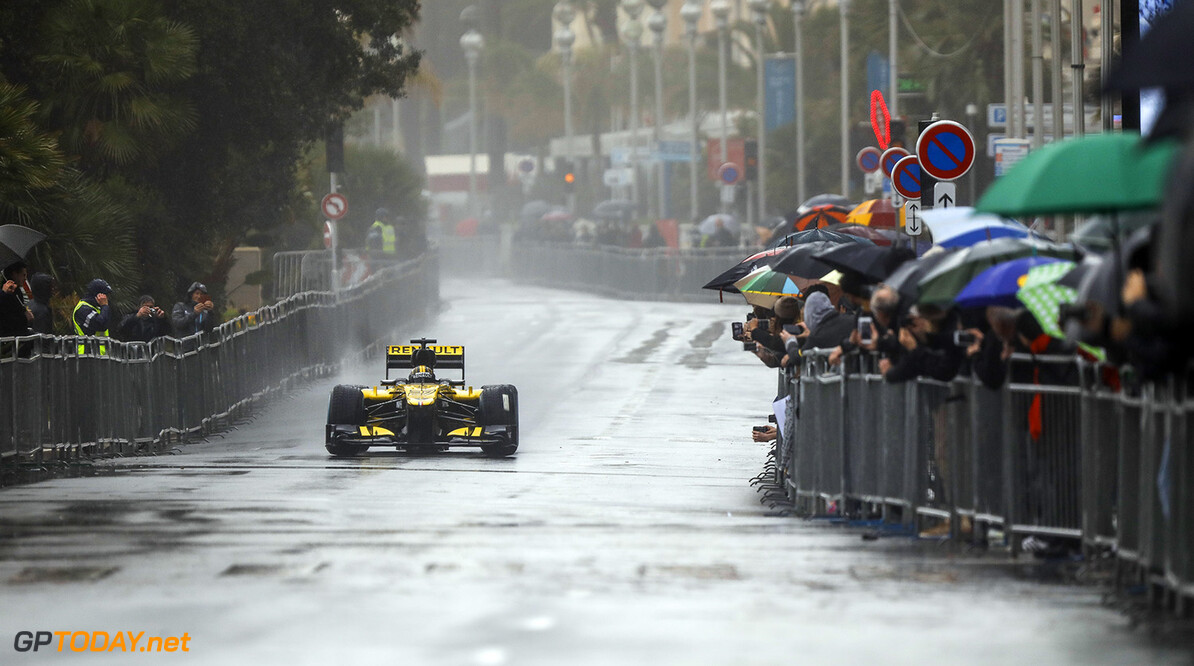 <b>Video:</b> Renault-junior crasht tijdens demonstratie met F1-auto in Sao Paulo