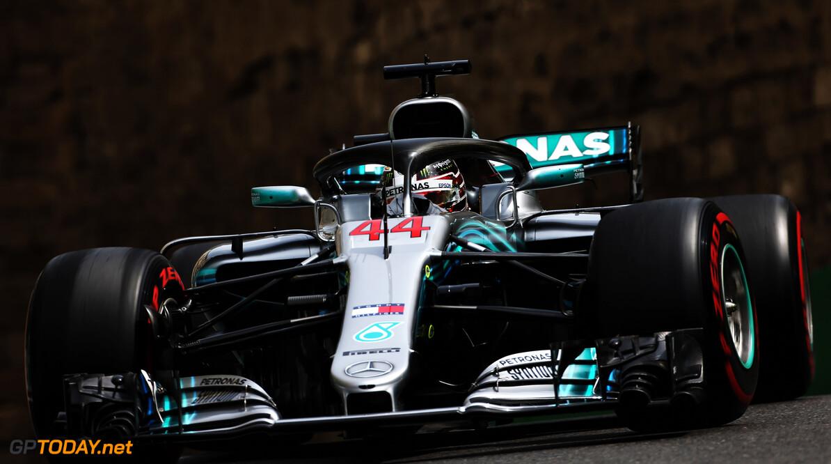 Lewis Hamilton wint Grand Prix Azerbeidzjan, Ricciardo en Verstappen crashen