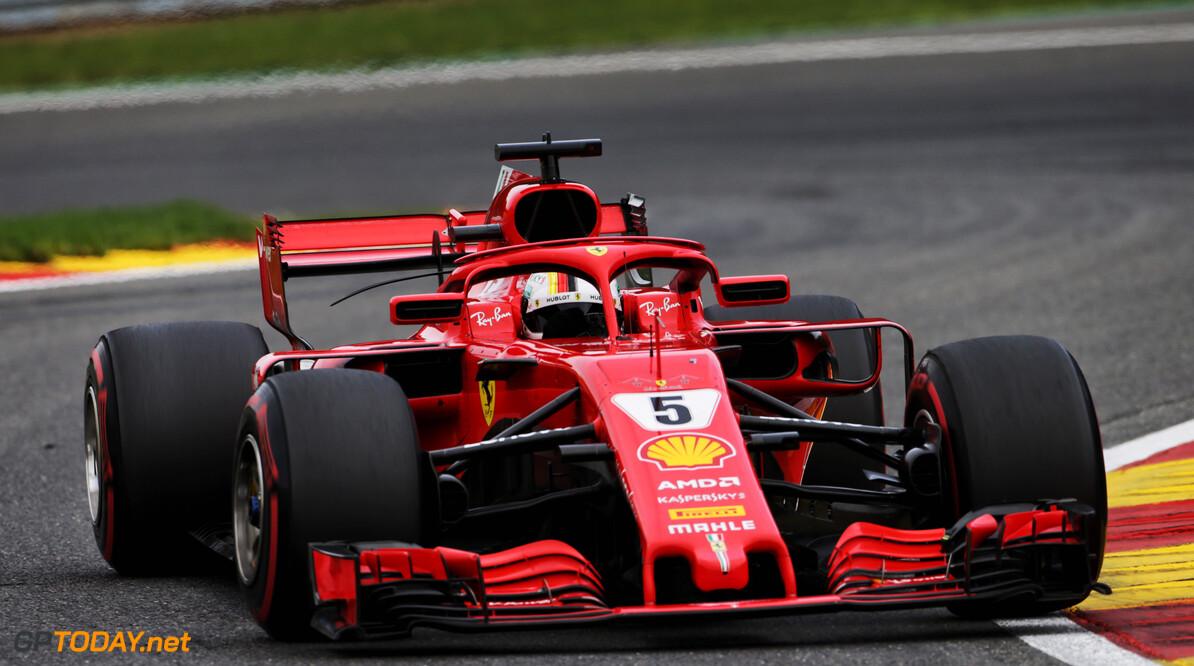Sebastian Vettel crasht zijn Ferrari tijdens demo in Milaan