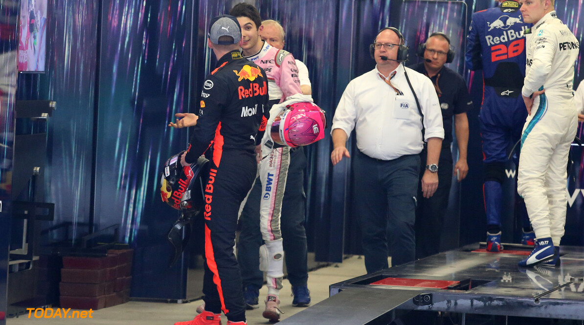 <strong>Video:</strong> Max Verstappen pislink op Ocon in parc ferme