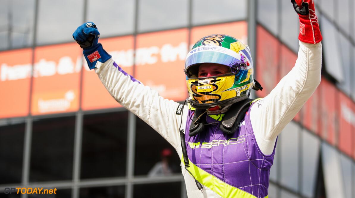 Beitske Visser met W-series in bijprogramma Formule 1