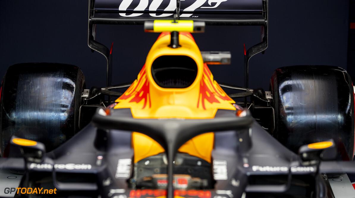 Red Bull Racing met speciale 007-livery naar Silverstone