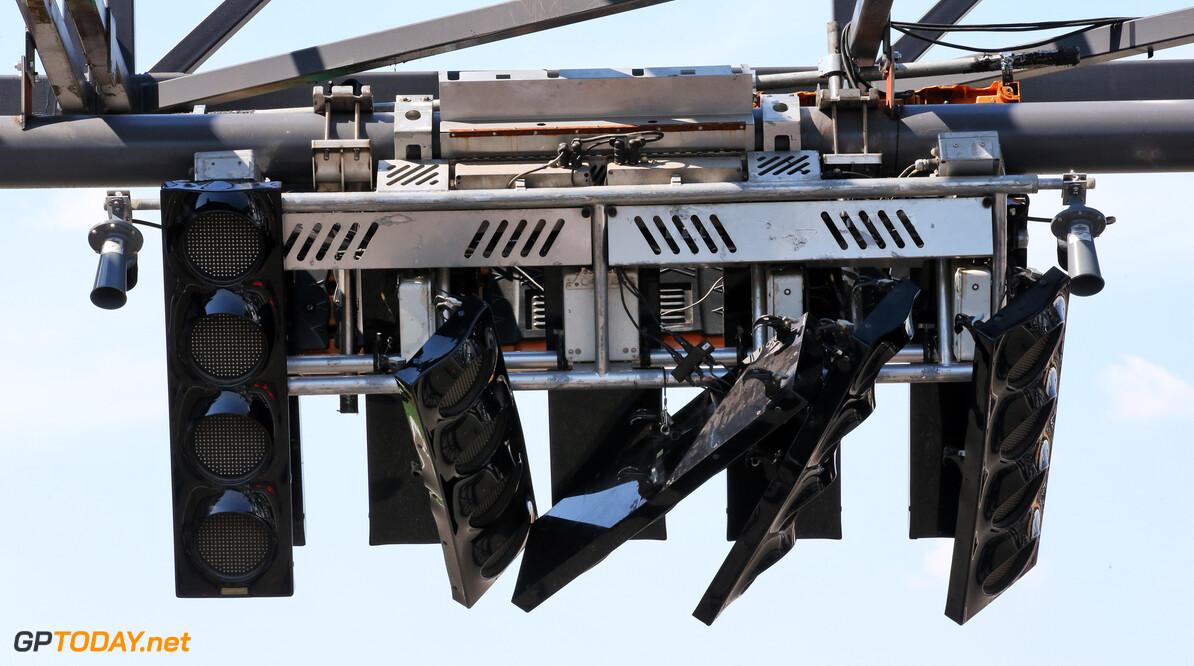 Touringcar rijdt startlichten op Hockenheim kapot