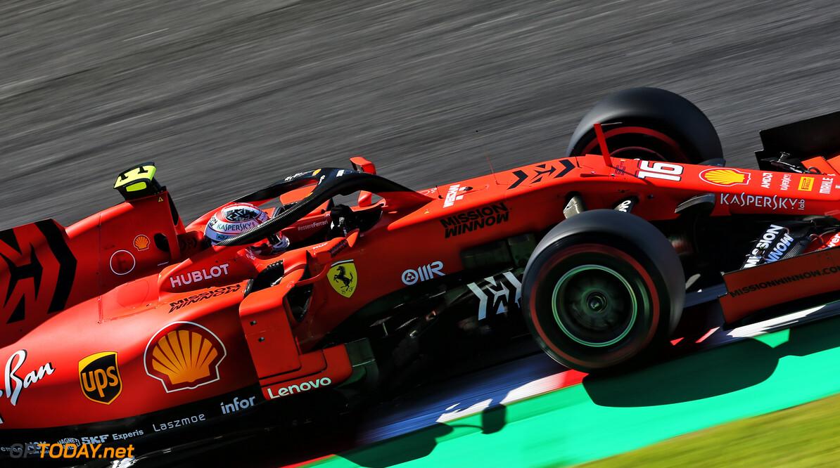 <b>Video:</b> Leclerc tikt Verstappen kort na de start van de baan