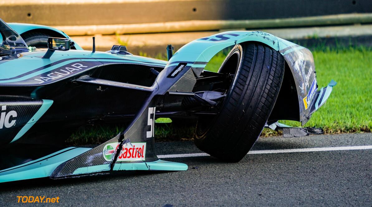 James Calado (GBR), Panasonic Jaguar Racing, Jaguar I-Type 4, with damage to his front end   Glenn Dunbar    action crash shunt