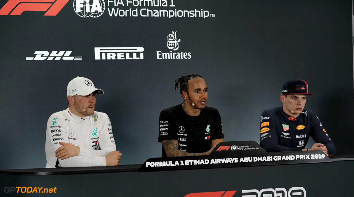 <b>Video:</b> Max Verstappen kan zijn lach niet inhouden als Lewis over de meiden in Abu Dhabi begint