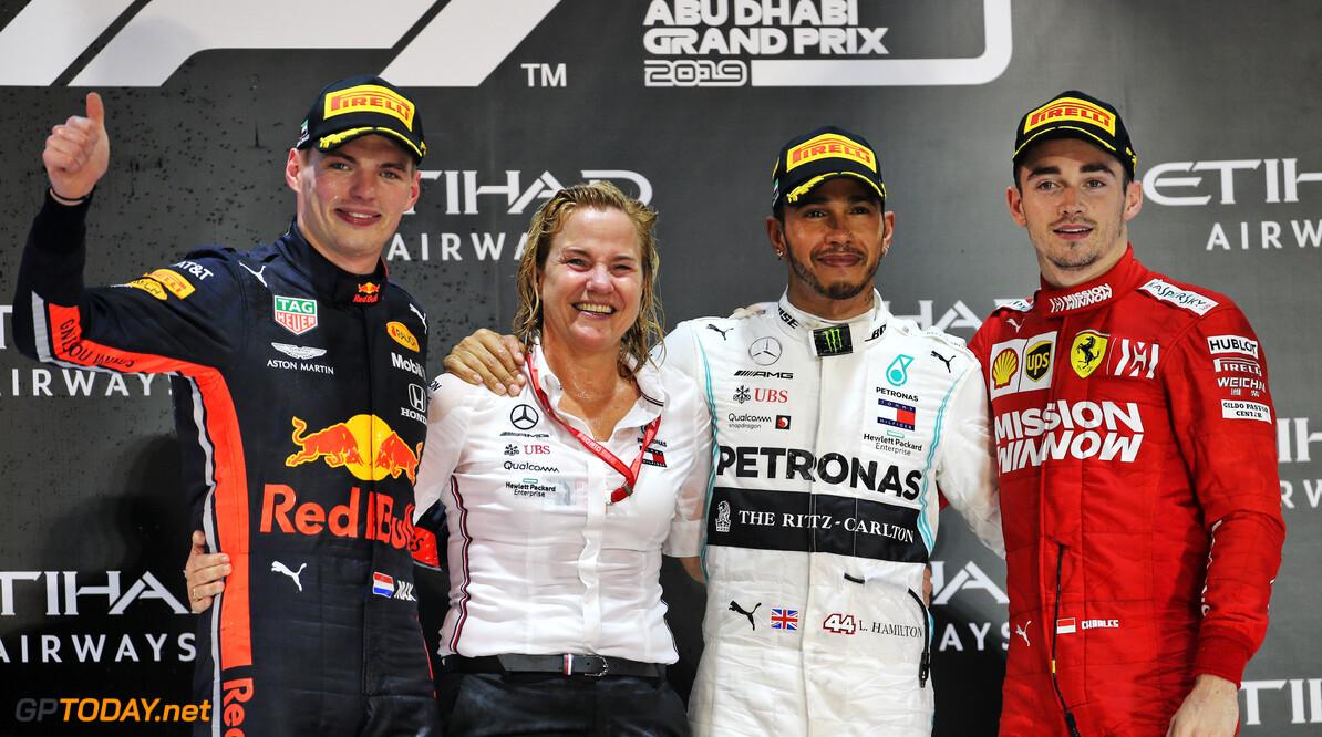 <b>Video:</b> Max Verstappen geeft Lewis Hamilton na de race in Abu Dhabi een tip met humor