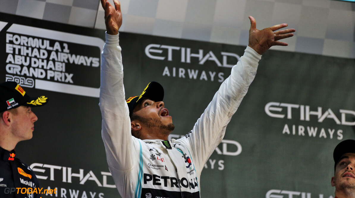 'Lewis Hamilton maandag gevallen tijdens test op MotoGP-motor'