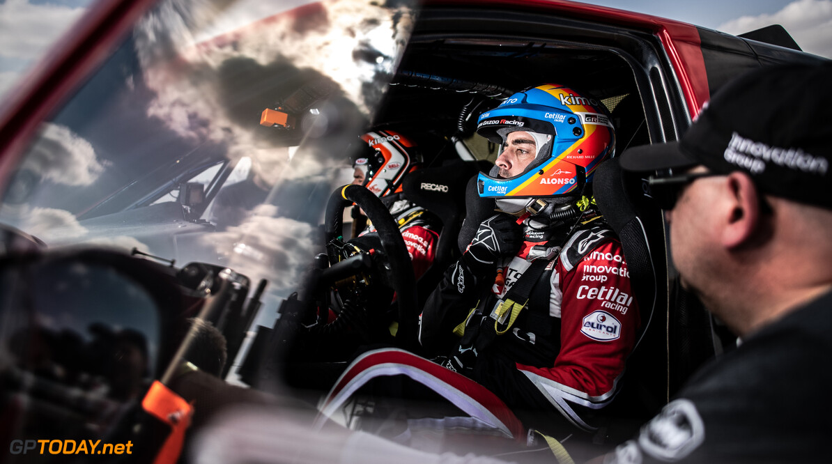 <b>Video:</b> Alonso over de kop in geneutraliseerde tiende etappe, vierde dagzege Sainz