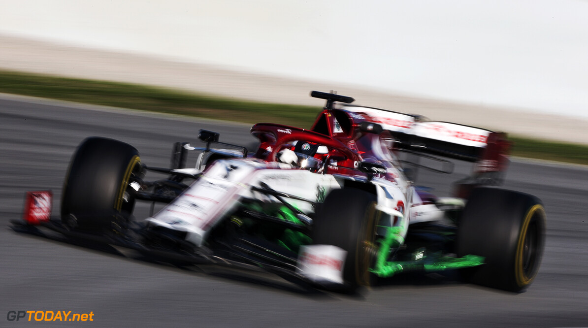 <b>Video:</b> Kimi Raikkonen leert Sergio Perez racen