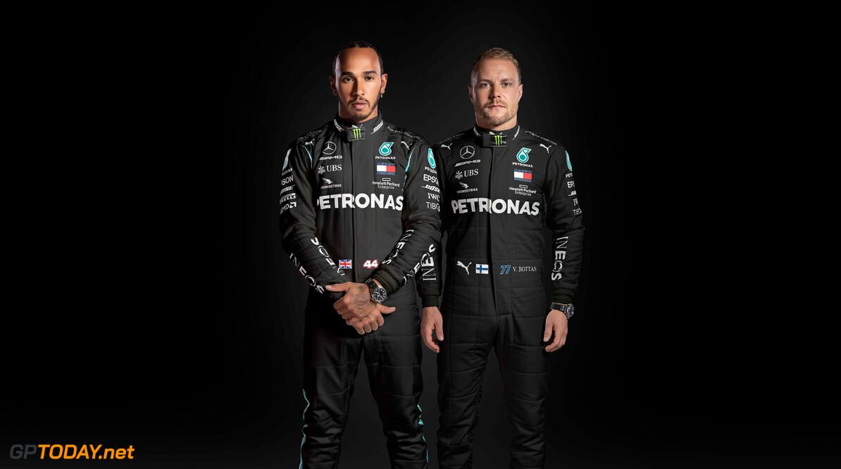 Mercedes onthult zwarte overalls van Hamilton en Bottas