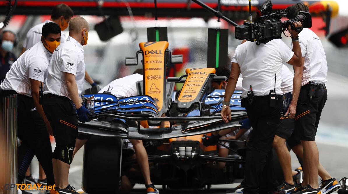 Carlos Sainz, McLaren MCL35, has his front wing changed  Glenn Dunbar Spielberg Austria  Portrait Technical Pit Stops TS-Live