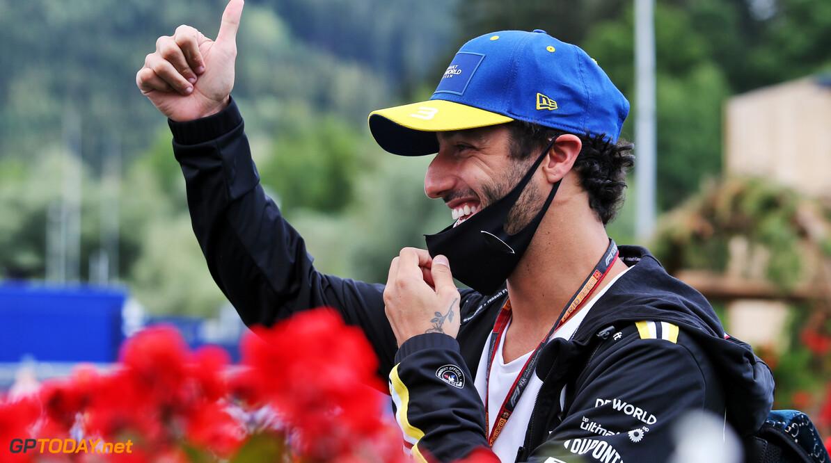 """Daniel Ricciardo lacht: """"Kunnen gekke dingen gebeuren dit weekend!"""""""