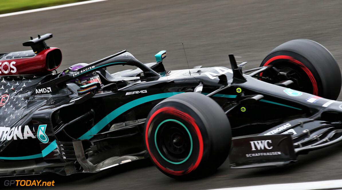 Hamilton wint Hongaarse Grand Prix voor bizarre start Verstappen
