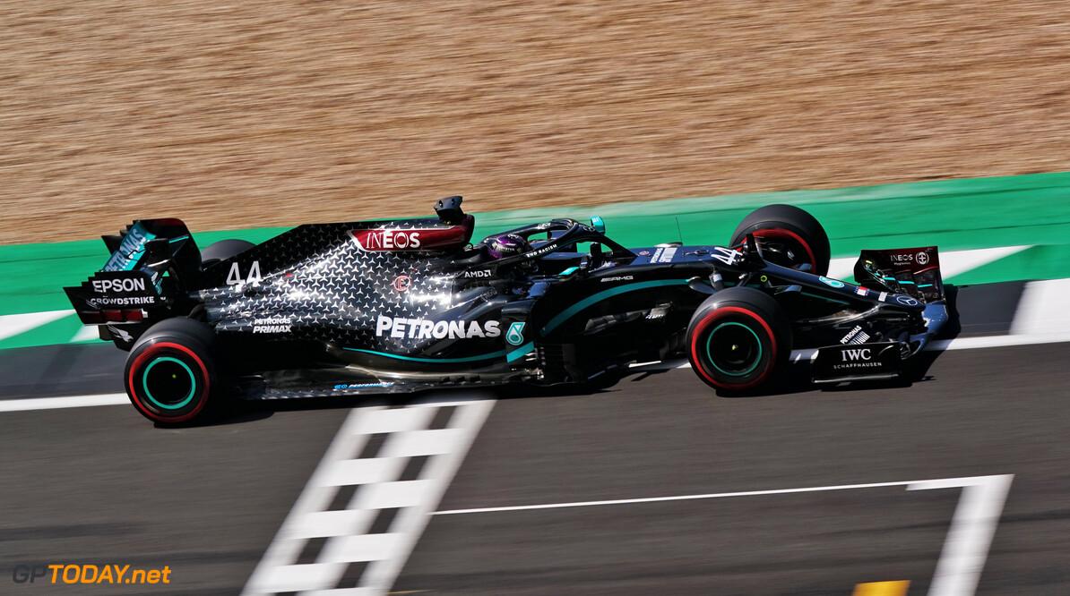 Pole position en nieuw ronderecord voor Lewis Hamilton, Verstappen derde
