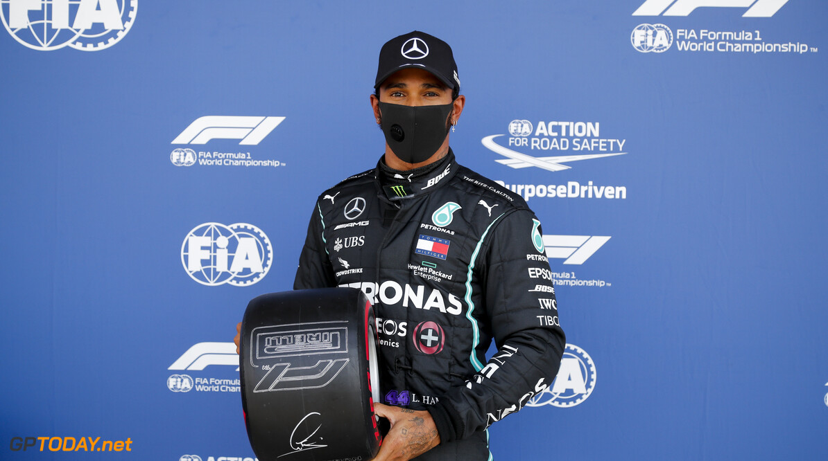 Hamilton wint met lekke band Britse Grand Prix, Verstappen tweede voor Leclerc