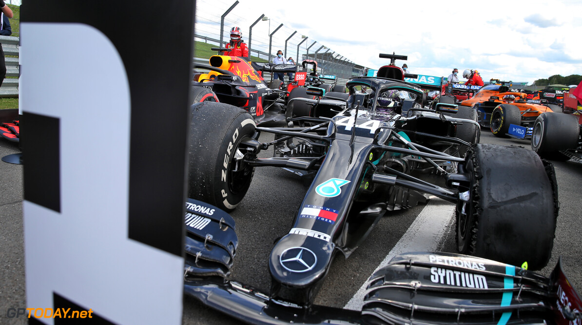 Dominante Hamilton pakt pole position in Rusland, Max Verstappen start als tweede