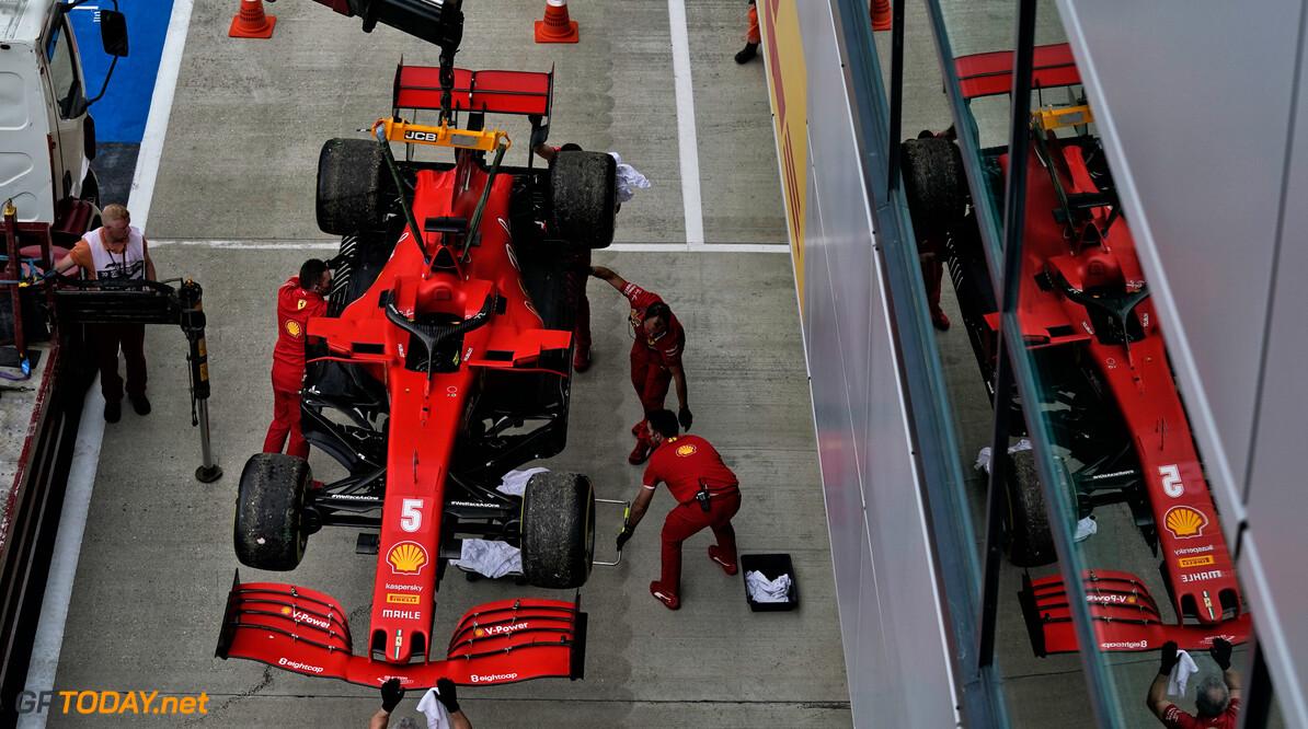 Sebastian Vettel suggereert dat wagen van Leclerc anders is