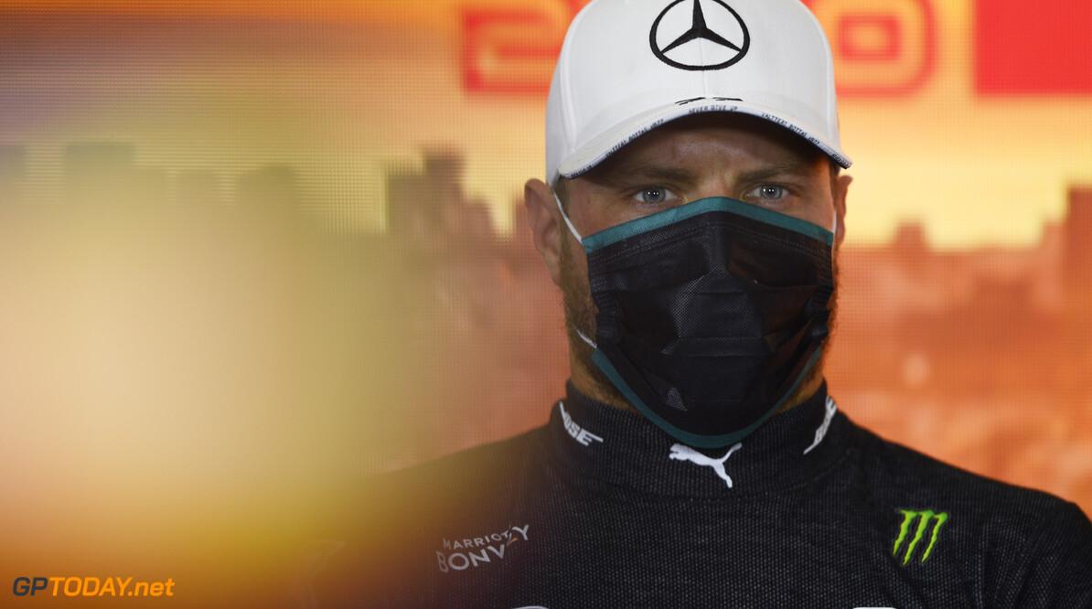 Bottas heeft last van de hitte in zijn zwarte Mercedes-overall