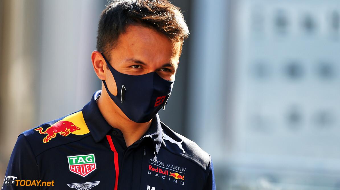 Alexander Albon opgetogen op het podium na knotsgekke Grand Prix van Toscane