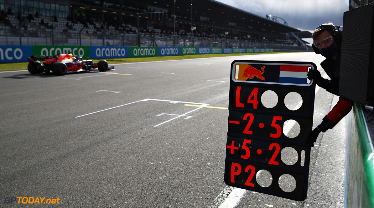 NUERBURG, GERMANY - OCTOBER 11: Max Verstappen of the Netherlands driving the (33) Aston Martin Red Bull Racing RB16 passes his pit board indicating four laps remaining during the F1 Eifel Grand Prix at Nuerburgring on October 11, 2020 in Nuerburg, Germany. (Photo by Mark Thompson/Getty Images) // Getty Images / Red Bull Content Pool  // SI202010110448 // Usage for editorial use only //  F1 Eifel Grand Prix     SI202010110448