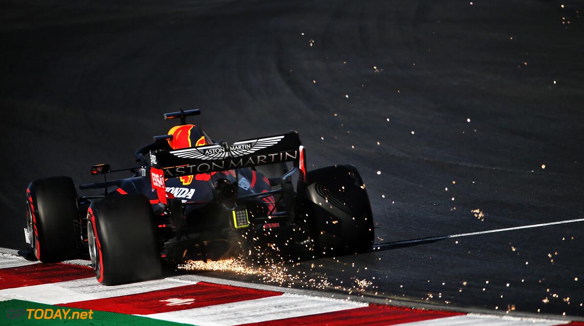 <b>Video:</b> Verstappen glijdt in op Perez en heeft lichte schade