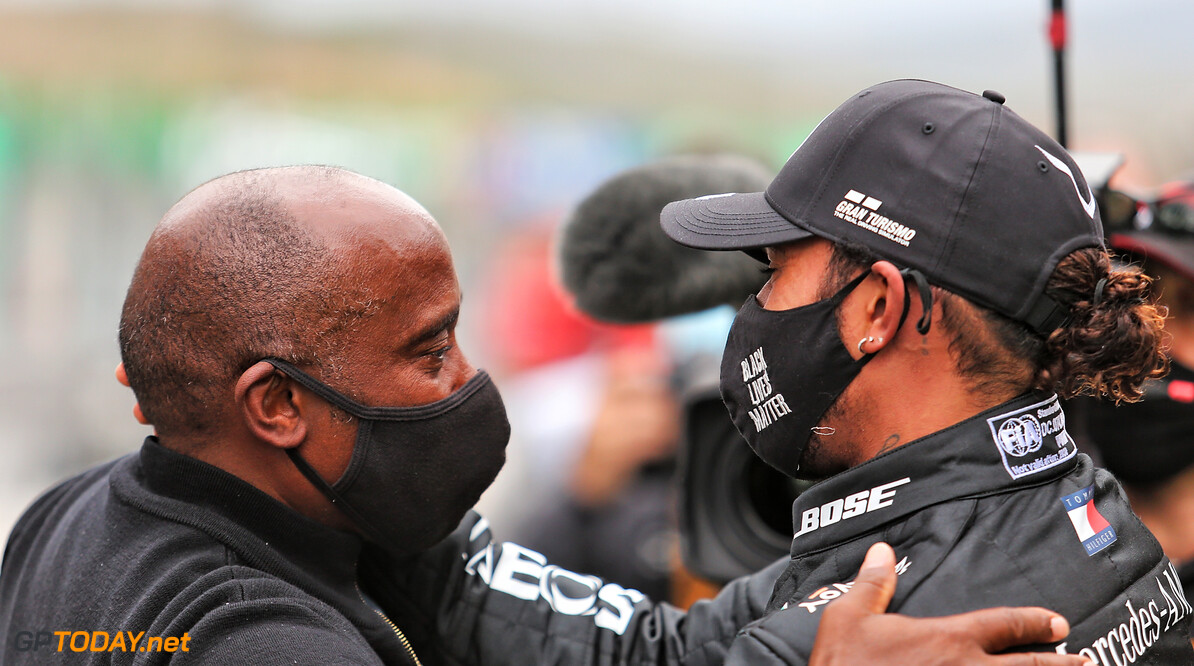 Einde F1-carrière Lewis Hamilton volgens vader niet in zicht