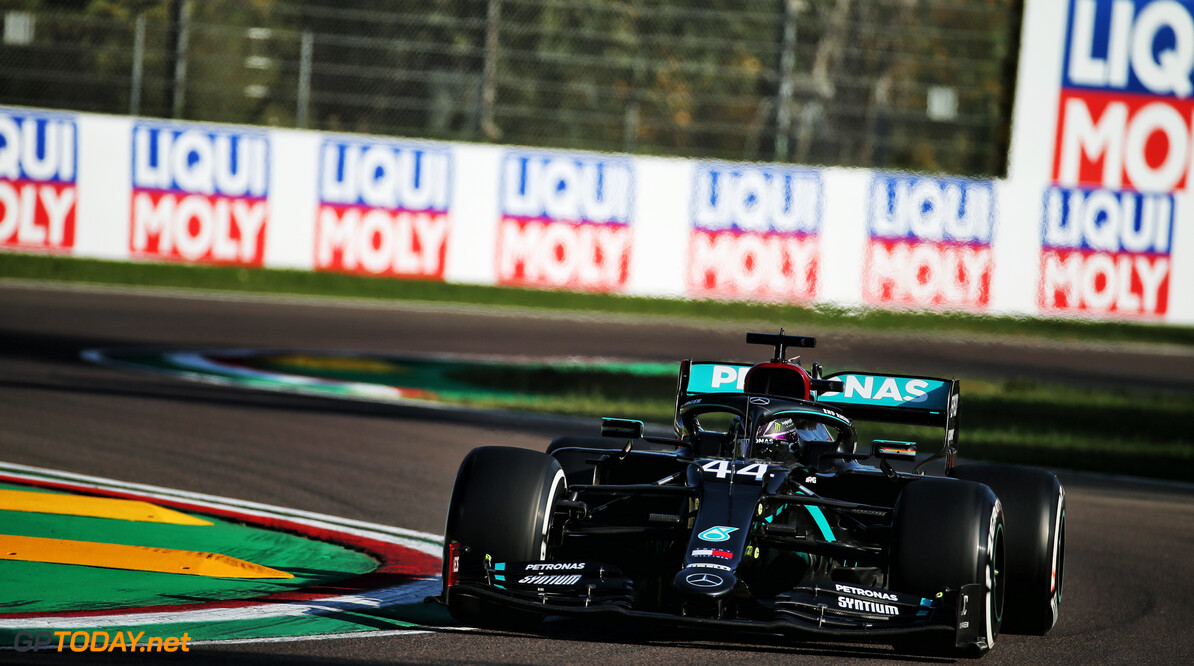 Zevende titel voor Mercedes na zege Lewis Hamilton, klapband Max Verstappen