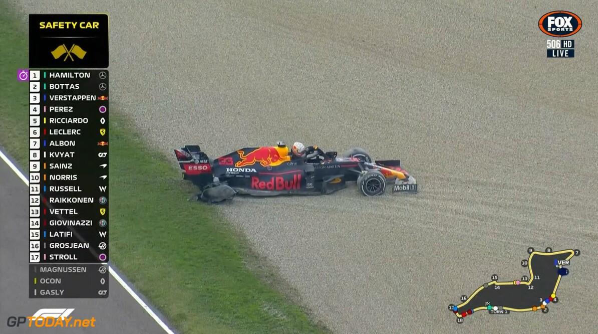 <b>Video:</b> Max Verstappen eindigt GP Imola in grindbak door klapband
