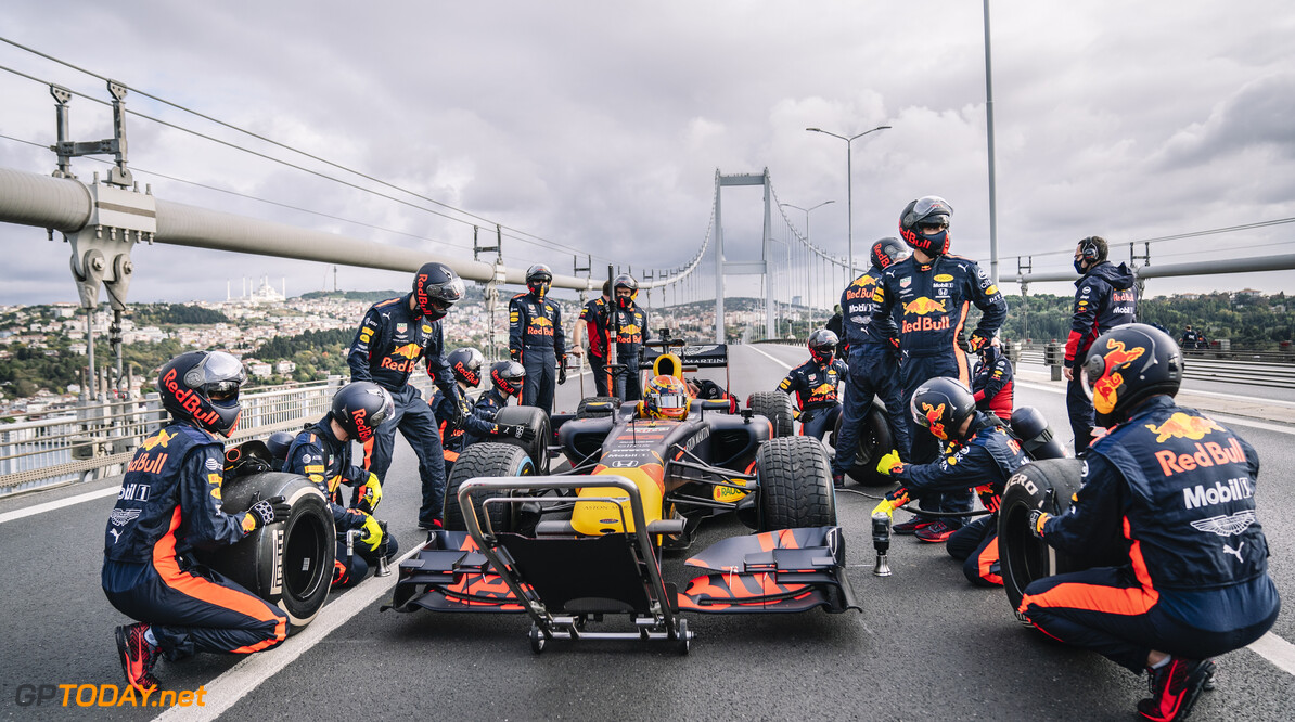 The Red Bull Racing team prepare for a pitstop during Project Istanbulls in Istanbul, Turkey on November 10, 2020 // Nuri Yilmazer/Red Bull Content Pool // SI202011110241 // Usage for editorial use only //  The Red Bull Racing     SI202011110241