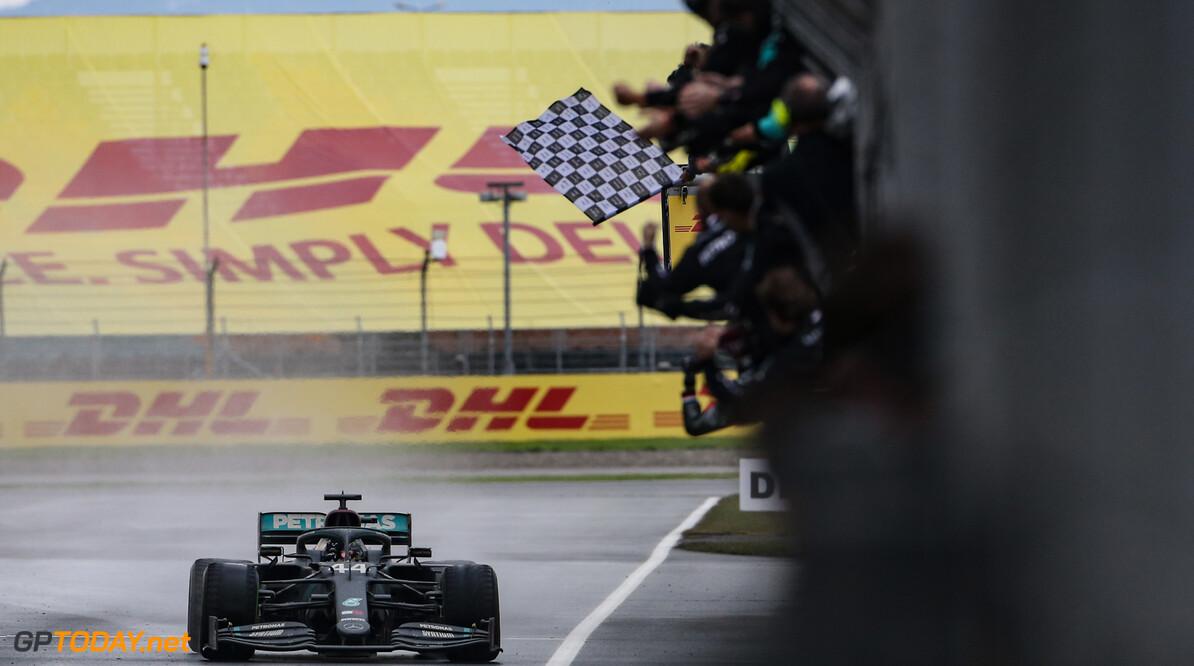 """Hamilton verdedigt Bottas: """"Niet makkelijk om mijn teamgenoot te zijn"""""""