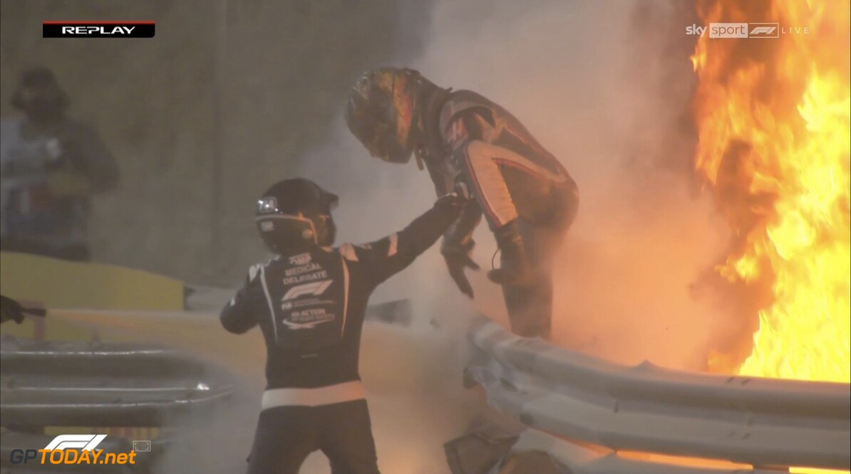 <b>Video:</b> Megacrash van Grosjean met explosie en vlammen bij start GP Bahrein