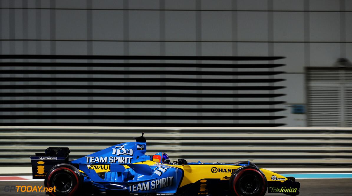 <b>Video:</b> Eentje uit de oude doos - Fernando Alonso jaagt op Michael Schumacher op een natte Hungaroring