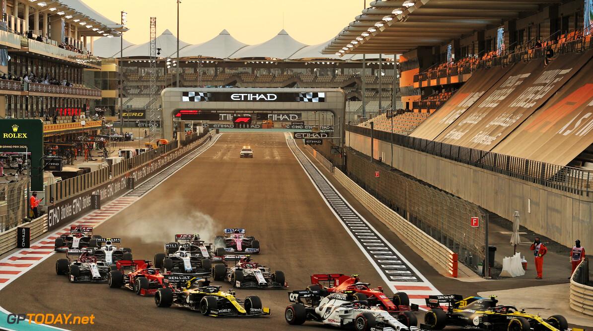 <b>Video:</b> Charles Leclerc en Carlos Sainz hadden een heerlijk gevecht na Safety Car-herstart