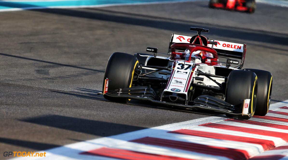 Antonio Giovinazzi staat vrijdag in VT1 zijn auto af aan Callum Ilott