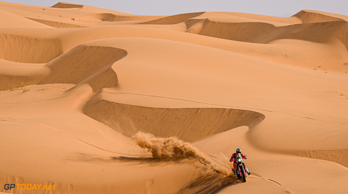 Sam Sunderland on his KTM of the Red Bull KTM Factory Team races during the 4th stage of the Dakar 2021 between Wadi Al Dawasir and Riyadh, in Saudi Arabia on January 6, 2021. // Eric Vargiolu / DPPI / Red Bull Content Pool // SI202101060119 // Usage for editorial use only //  Sam Sunderland     SI202101060119