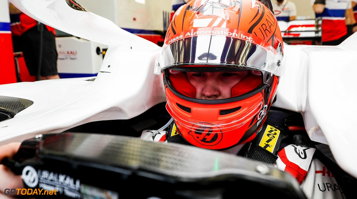Nikita Mazepin presenteert helmdesign voor debuutseizoen in F1