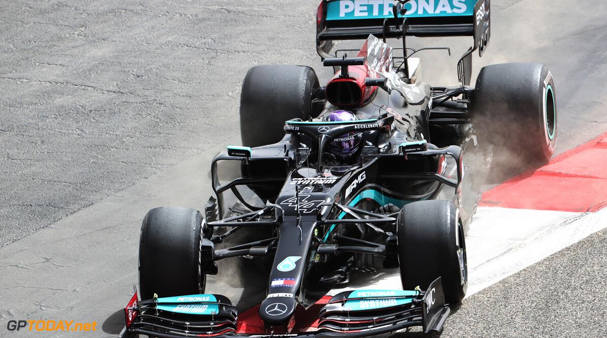 <b>Video:</b> Hamilton spint en komt vast te zitten in gravel - rode vlag!