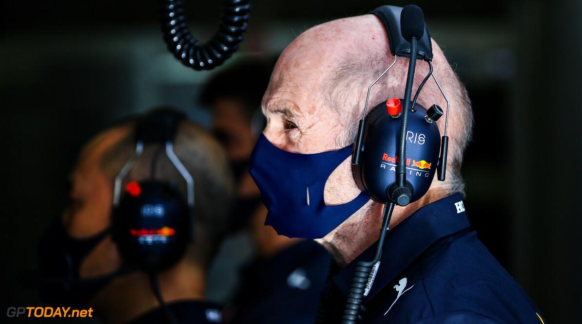 Adrian Newey vereerd met strenge blikken en onderzoekende ogen van rivalen