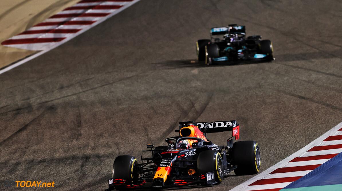 <b>Samenvatting GP Bahrein:</b> Verstappen verliest gevecht vooraan, Hamilton wint GP Bahrein