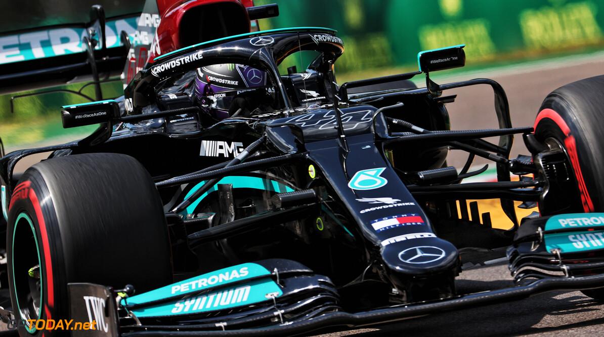 Lewis Hamilton pakt pole position in nieuwe titanenstrijd tussen Mercedes en Red Bull