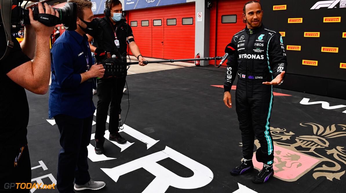 <b>Video:</b> Max Verstappen botst met elleboog tegen Lewis Hamilton aan na kwalificatie-interview