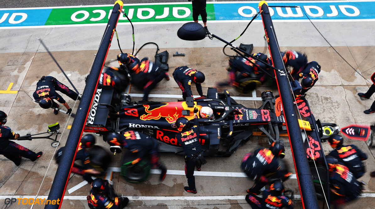 IMOLA, ITALY - APRIL 18: Max Verstappen of the Netherlands driving the (33) Red Bull Racing RB16B Honda makes a pitstop during the F1 Grand Prix of Emilia Romagna at Autodromo Enzo e Dino Ferrari on April 18, 2021 in Imola, Italy. (Photo by Mark Thompson/Getty Images) // Getty Images / Red Bull Content Pool  // SI202104180228 // Usage for editorial use only //  F1 Grand Prix of Emilia Romagna     SI202104180228