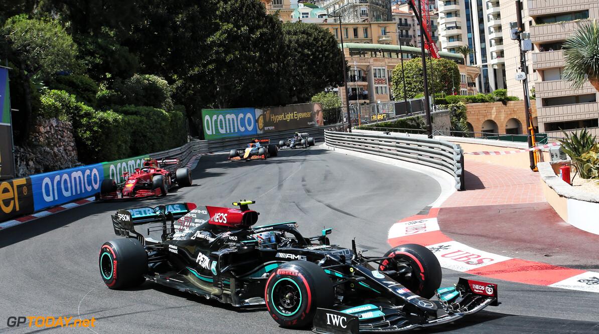 Mercedes krijgt voorwiel Bottas nog steeds niet los en moet het eraf slijpen
