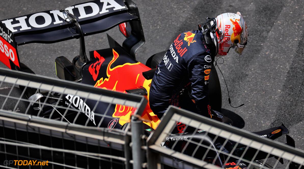 <b>Video: </b>Max Verstappen crasht en verliest de leiding door klapband