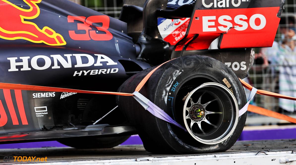 """Damon Hill steunt Verstappen na crash: """"Coureurs zullen zich zorgen maken over veiligheid van Pirelli"""""""